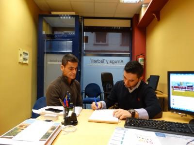 Sánchez y Arruga firmando el contrato.